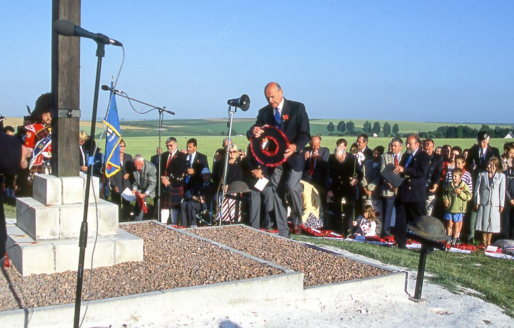 Les Disbrey laying a wreath on 1 July 2001 © 2015 Clive Gilbert
